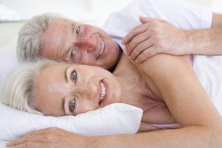 2229471_zena-muz-padesatnik-padesatnici-postel-laska-partneri